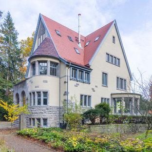 Drei- oder mehrstöckiges, Beigefarbenes Klassisches Einfamilienhaus mit Mix-Fassade, Satteldach und Ziegeldach in Hannover
