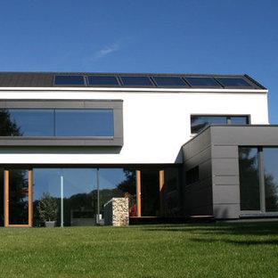 Großes, Drei- oder mehrstöckiges, Weißes Modernes Haus mit Betonfassade und Satteldach in Stuttgart