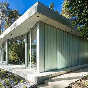 Kleines, Einstöckiges Modernes Haus Mit Glasfassade Und Flachdach In Berlin