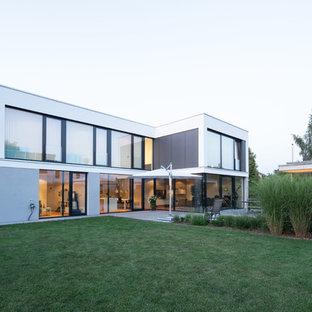 Zweistöckiges, Weißes, Großes Modernes Haus mit Flachdach und Putzfassade in Stuttgart