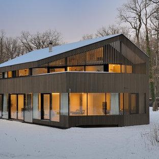 Ispirazione per la facciata di una casa marrone scandinava con tetto a capanna