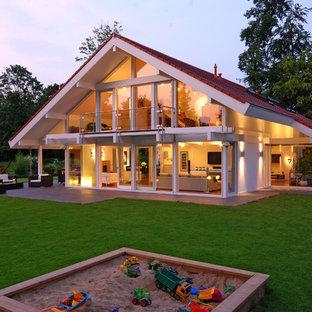 Mittelgroßes, Zweistöckiges, Weißes Modernes Einfamilienhaus mit Mix-Fassade, Satteldach und Ziegeldach in Sonstige