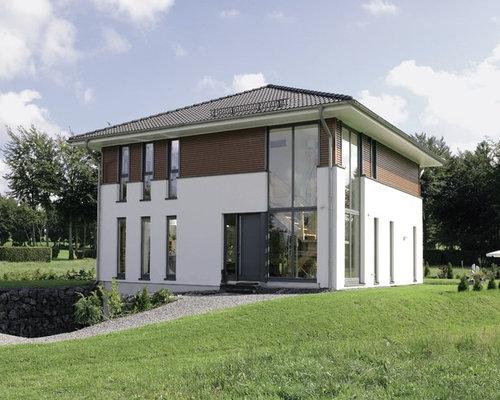 Schon Weißes, Mittelgroßes, Zweistöckiges Modernes Haus Mit Mix Fassade Und  Walmdach In Berlin