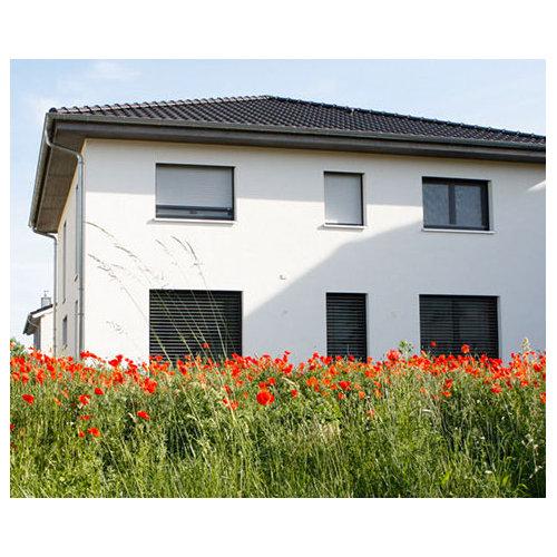 Mittelgroßes, Zweistöckiges, Weißes Modernes Haus Mit Putzfassade Und  Walmdach In Frankfurt Am Main