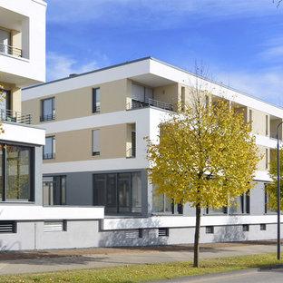 他の地域のコンテンポラリースタイルのおしゃれな家の外観 (漆喰サイディング、ベージュの外壁、陸屋根、アパート・マンション、緑化屋根) の写真