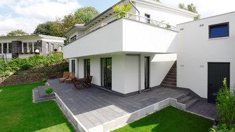 Terrasse mit Stufen zum Garten