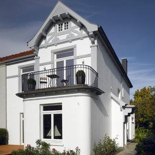 Kleines Zweistöckiges Weißes Klassisches Haus Mit Mansardendach In Hamburg