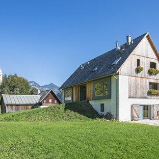 Beigefarbenes, Mittelgroßes, Drei- oder mehrstöckiges Country Einfamilienhaus mit Mix-Fassade, Satteldach und Schindeldach in Stuttgart