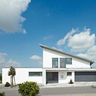 Immagine della facciata di una casa grande bianca moderna a due piani con rivestimento in stucco e tetto piano