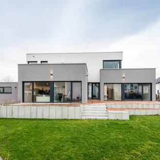 Mittelgroßes, Zweistöckiges Modernes Einfamilienhaus mit Putzfassade und Flachdach in Frankfurt am Main