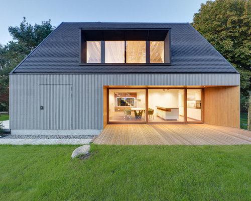 Mittelgroßes, Zweistöckiges, Graues Modernes Haus Mit Holzfassade Und  Satteldach In Berlin