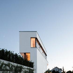 Geräumiges, Dreistöckiges, Weißes Modernes Einfamilienhaus mit Putzfassade und Flachdach in Sonstige