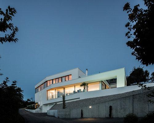 Geräumiges, Drei  Oder Mehrstöckiges, Weißes Modernes Einfamilienhaus Mit  Putzfassade Und Flachdach In Sonstige