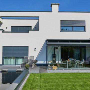 Villa im Bauhausstil mit Teich im Garten
