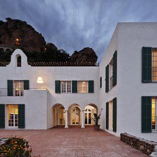 Réalisation d'une très grande façade de maison blanche méditerranéenne à un étage avec un toit plat.
