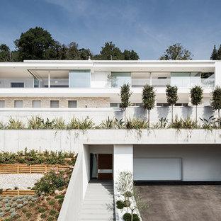 Geräumiges, Dreistöckiges, Weißes Modernes Einfamilienhaus mit Mix-Fassade und Flachdach in Stuttgart