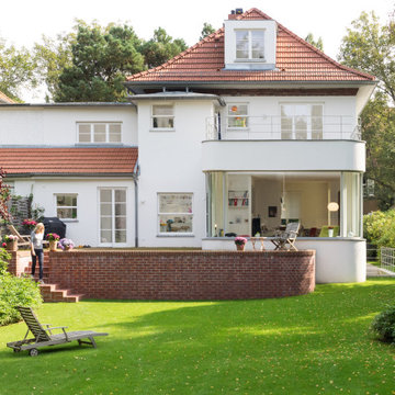 Villa mit Holzanbau