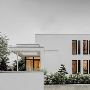 Großes, Dreistöckiges, Weißes Modernes Einfamilienhaus mit Putzfassade, Flachdach und Misch-Dachdeckung in Frankfurt am Main