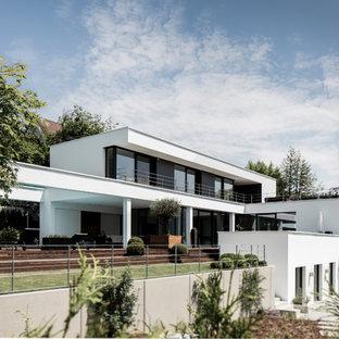 Großes, Dreistöckiges, Weißes Modernes Einfamilienhaus mit Putzfassade und Flachdach in München