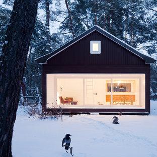 Idee per la facciata di una casa nera scandinava a due piani di medie dimensioni con tetto a capanna