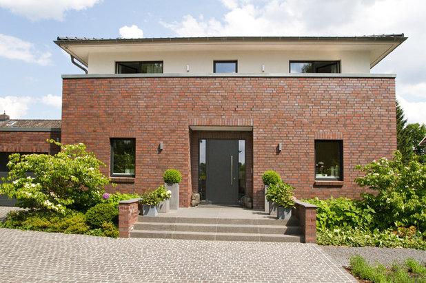 Modern Häuser by HGK Hamburger Grundstückskontor GmbH