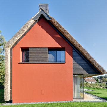 Wohnhaus am Wald mit großem Fenster