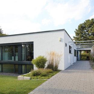 Zweistöckiges, Weißes, Mittelgroßes Modernes Einfamilienhaus mit Putzfassade und Flachdach in Stuttgart