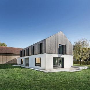 Zweistöckiges, Mehrfarbiges Landhaus Einfamilienhaus mit Mix-Fassade und Satteldach in Sonstige