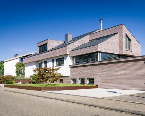 Großes, Drei  Oder Mehrstöckiges, Braunes Modernes Einfamilienhaus Mit  Holzfassade, Satteldach Und Schindeldach