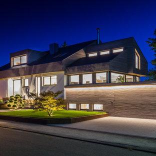 Großes, Dreistöckiges, Braunes Modernes Einfamilienhaus mit Holzfassade und Satteldach in Stuttgart