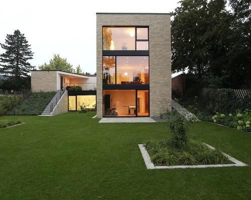 Drei  Oder Mehrstöckiges, Großes, Beigefarbenes Modernes Haus Mit  Backsteinfassade Und Flachdach In Dortmund