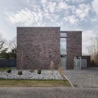 Ejemplo de fachada de casa marrón, contemporánea, de dos plantas, con revestimiento de ladrillo y tejado plano
