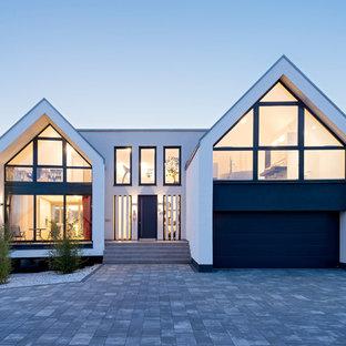 Großes, Weißes, Zweistöckiges Modernes Einfamilienhaus mit Putzfassade und Satteldach in Nürnberg
