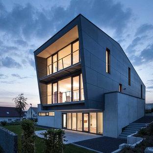 Geräumiges, Drei- oder mehrstöckiges, Graues Modernes Haus mit Pultdach und Betonfassade in Sonstige