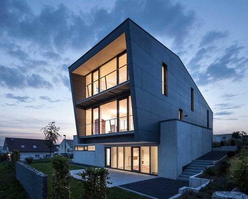 Geräumiges, Drei  Oder Mehrstöckiges, Graues Modernes Haus Mit Pultdach Und  Betonfassade In Sonstige
