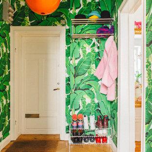 Inspiration för mellanstora eklektiska hallar, med gröna väggar och mellanmörkt trägolv
