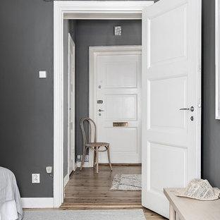 Couloir avec un mur gris Stockholm : Photos et idées déco de couloirs