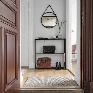 Idéer för att renovera en vintage hall, med vita väggar och mellanmörkt trägolv
