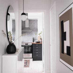 Foto på en mellanstor minimalistisk hall, med grå väggar och beiget golv