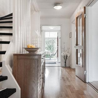 Idéer för mellanstora nordiska hallar, med vita väggar och ljust trägolv