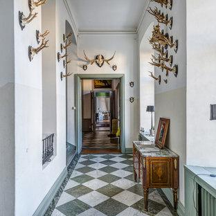 Foto på en stor vintage hall, med vita väggar och marmorgolv