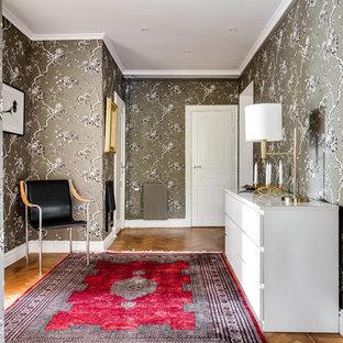 Idéer för en mellanstor klassisk hall, med grå väggar och mellanmörkt trägolv