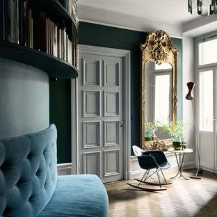 Ejemplo de recibidores y pasillos clásicos, de tamaño medio, con paredes verdes y suelo de madera en tonos medios