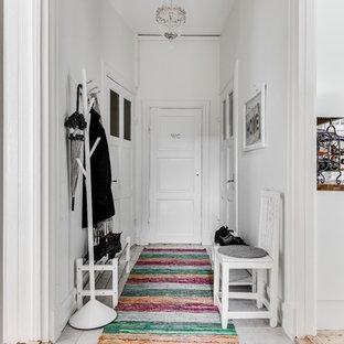 Idéer för att renovera en mellanstor vintage hall, med vita väggar och klinkergolv i keramik