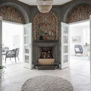 Idéer för stora vintage hallar, med flerfärgade väggar och ljust trägolv