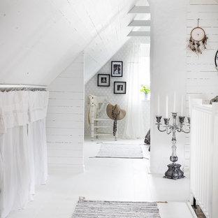 Idéer för små lantliga hallar, med vita väggar, målat trägolv och vitt golv