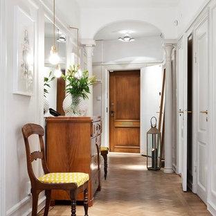 Idéer för stora vintage hallar, med vita väggar och mellanmörkt trägolv