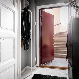 ヨーテボリの小さい北欧スタイルのおしゃれな廊下 (白い壁、塗装フローリング、白い床) の写真