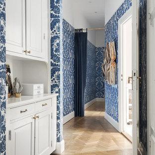 Idéer för att renovera en mellanstor vintage hall, med blå väggar och ljust trägolv