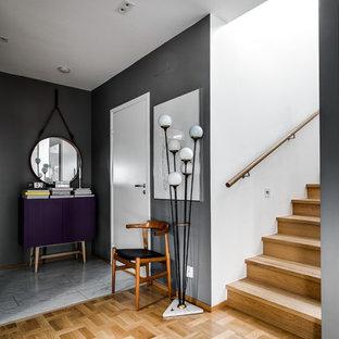 Идея дизайна: большой коридор в стиле фьюжн с серыми стенами и мраморным полом